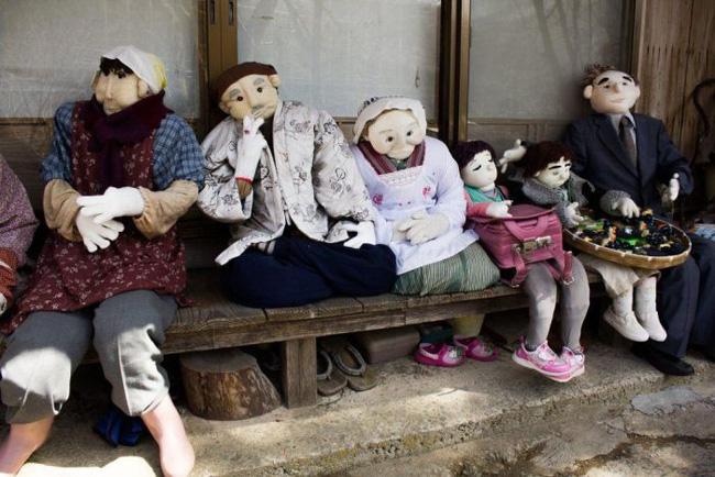 Ngôi làng kỳ bí nhất thế giới có dân số là 300 con búp bê hình người - Ảnh 16.