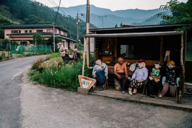 Ngôi làng kỳ bí nhất thế giới có dân số là 300 con búp bê hình người - Ảnh 1.