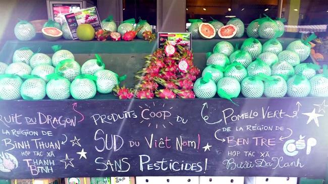 Bưởi da xanh của HTX cùng các nông sản khác có mặt tại cửa hàng trái cây Canada