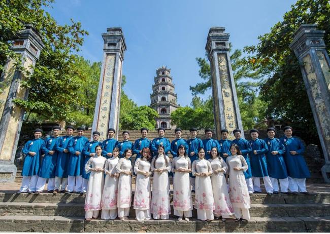 Công dân mặc áo dài truyền thống được miễn vé tham quan di tích Huế - Ảnh 1.