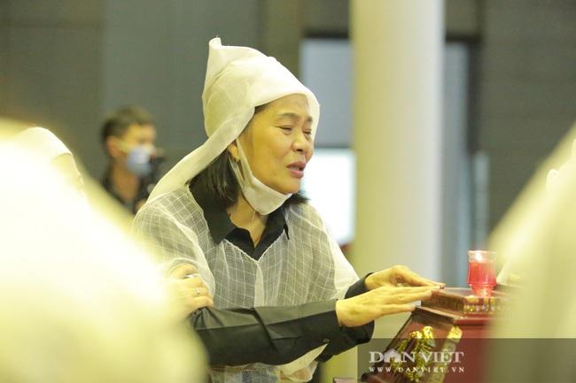 Nhiều nghệ sỹ rơi nước mắt khi đến đưa tiễn NSND Trần Hạnh - Ảnh 4.