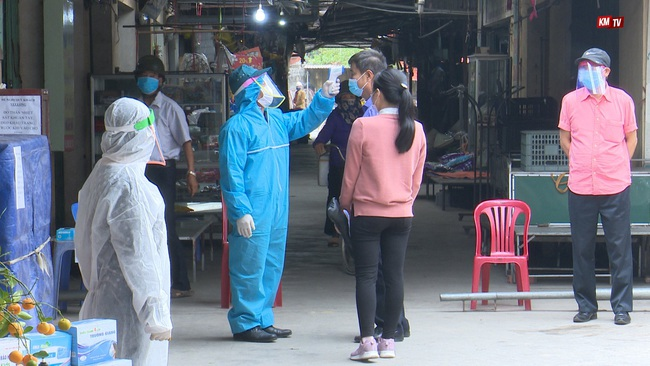 Hải Dương: Nhân viên y tế xã nghi dương tính SARS-CoV-2, phong tỏa 400 hộ dân liên quan - Ảnh 1.