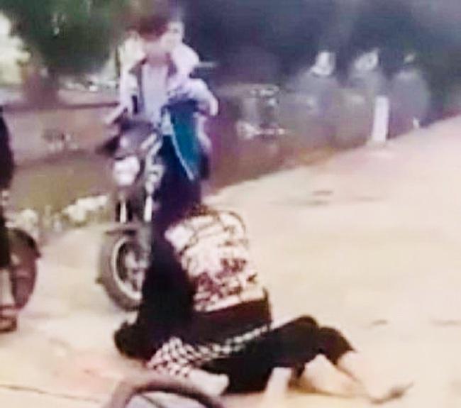 Ninh Bình: Hai nữ sinh lao vào đánh nhau, bạn bè đứng xem phấn khích - Ảnh 1.