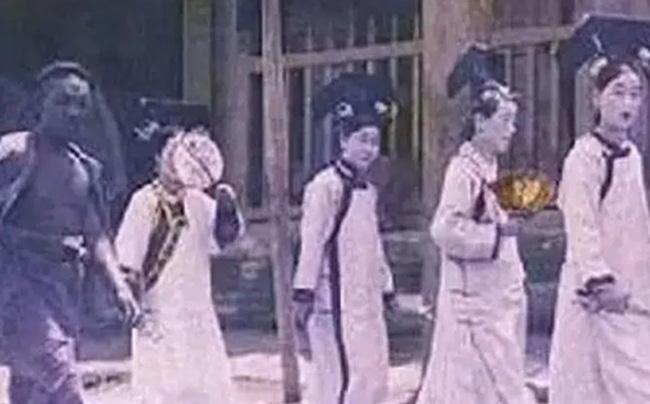 Nhóm cung nữ kỳ quặc đột nhiên xuất hiện ở Tử Cấm Thành giữa mưa bão, 30 năm sau vẫn chưa có lời giải đáp - Ảnh 1.