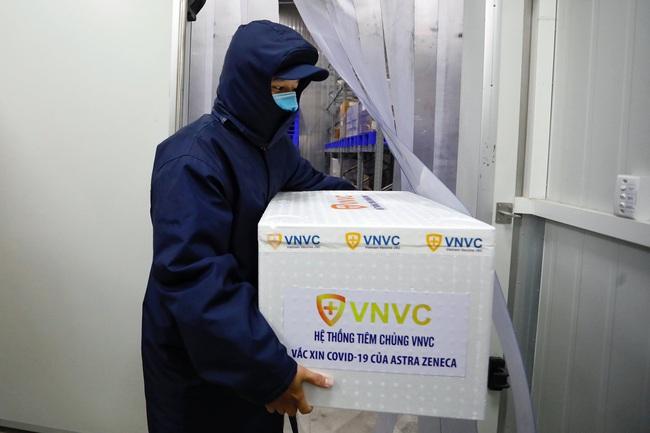 NÓNG: Cận cảnh lô vaccine Covid-19 tiêm đợt đầu tiên tại TP.HCM - Ảnh 1.