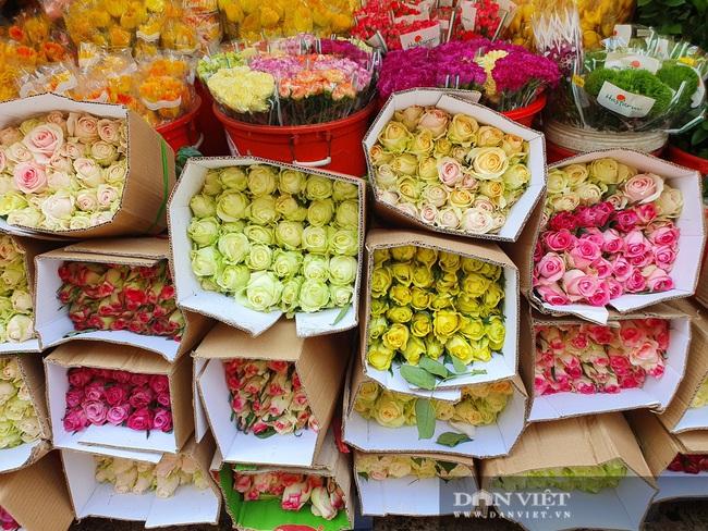Đàn ông kéo nhau đi mua hoa trưa 8/3, chợ hoa Sài Gòn kẹt cứng - Ảnh 8.