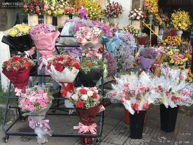 Đà Nẵng: Hoa bày kín sạp, người bán tất tả mời khách mà chẳng mấy ai mua - Ảnh 2.