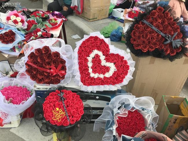 Đà Nẵng: Hoa bày kín sạp, người bán tất tả mời khách mà chẳng mấy ai mua - Ảnh 5.