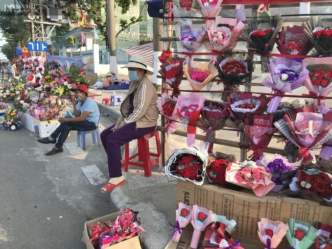 Đà Nẵng: Hoa bày kín sạp, người bán tất tả mời khách mà chẳng mấy ai mua - Ảnh 3.