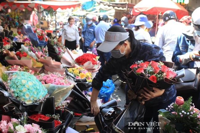 Đàn ông kéo nhau đi mua hoa trưa 8/3, chợ hoa Sài Gòn kẹt cứng - Ảnh 4.
