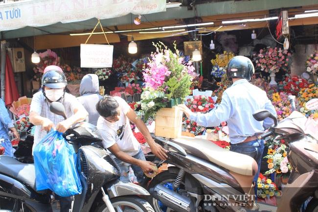 Đàn ông kéo nhau đi mua hoa trưa 8/3, chợ hoa Sài Gòn kẹt cứng - Ảnh 5.