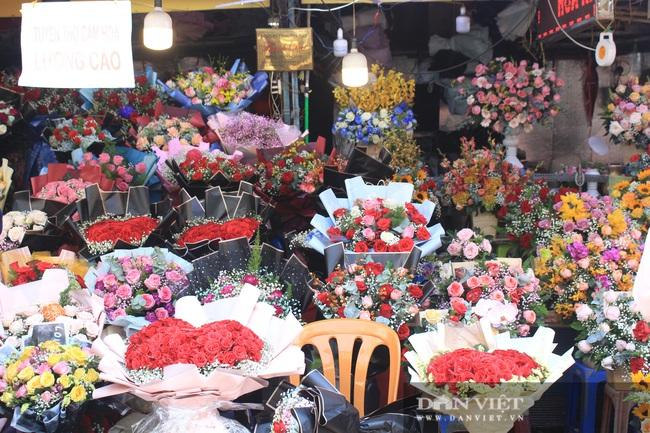 Đàn ông kéo nhau đi mua hoa trưa 8/3, chợ hoa Sài Gòn kẹt cứng - Ảnh 6.