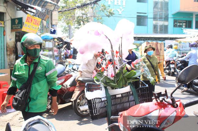Đàn ông kéo nhau đi mua hoa trưa 8/3, chợ hoa Sài Gòn kẹt cứng - Ảnh 11.