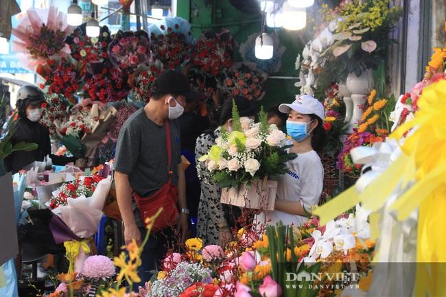 Đàn ông kéo nhau đi mua hoa trưa 8/3, chợ hoa Sài Gòn kẹt cứng - Ảnh 1.
