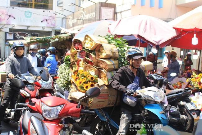 Đàn ông kéo nhau đi mua hoa trưa 8/3, chợ hoa Sài Gòn kẹt cứng - Ảnh 12.