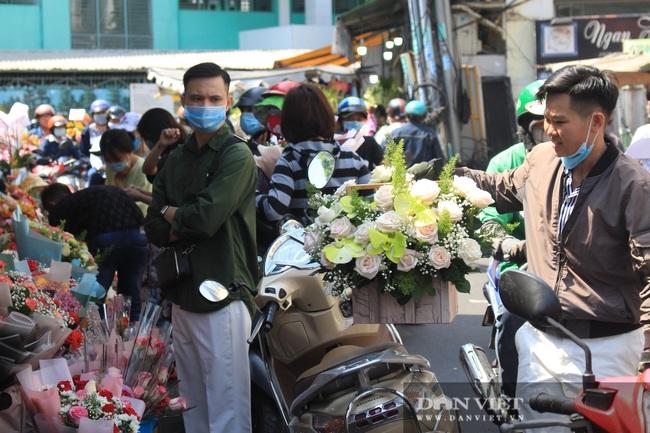 Đàn ông kéo nhau đi mua hoa trưa 8/3, chợ hoa Sài Gòn kẹt cứng - Ảnh 7.