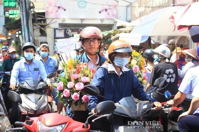 Đàn ông kéo nhau đi mua hoa trưa 8/3, chợ hoa Sài Gòn kẹt cứng - Ảnh 3.