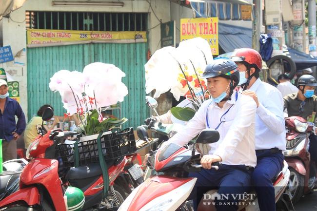 Đàn ông kéo nhau đi mua hoa trưa 8/3, chợ hoa Sài Gòn kẹt cứng - Ảnh 9.