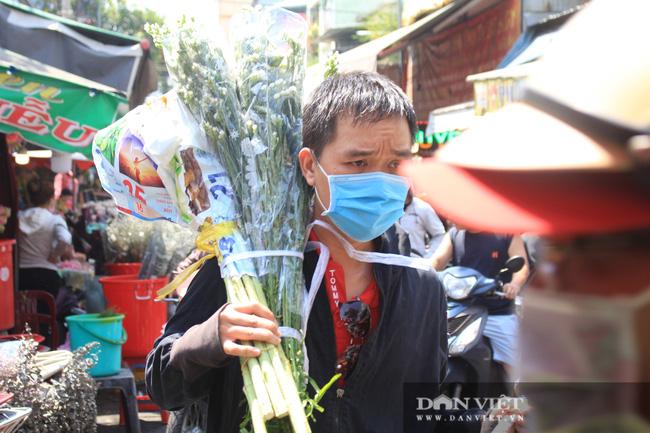 Đàn ông kéo nhau đi mua hoa trưa 8/3, chợ hoa Sài Gòn kẹt cứng - Ảnh 10.