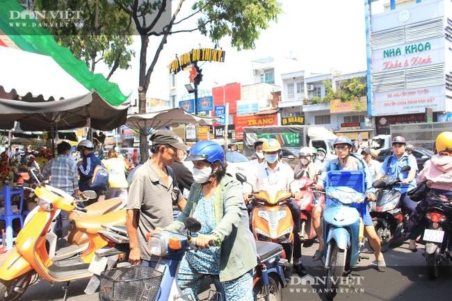Đàn ông kéo nhau đi mua hoa trưa 8/3, chợ hoa Sài Gòn kẹt cứng - Ảnh 2.