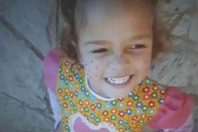 Cô bé 3 tuổi bị người cha dượng tàn ác đánh đập dã man vì tội… làm ướt giường - Ảnh 1.