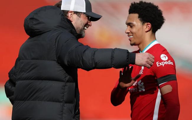 Klopp ăn mừng cùng người hùng của Liverpool.