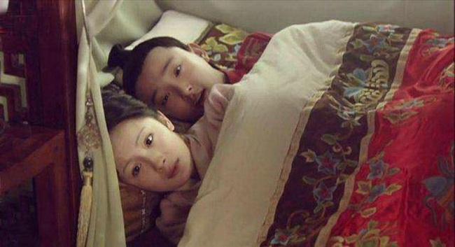 Kỳ bí nha đầu mặc đồ ngủ đứng cạnh đầu giường trong đêm tân hôn của tiểu thư nhà mình - Ảnh 2.
