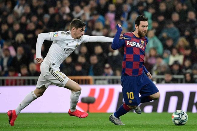 Messi mờ nhạt trước sự đeo bám của Valverde.