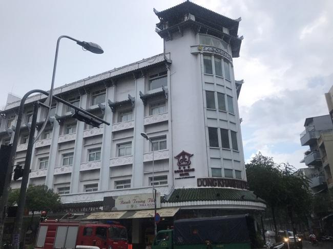 Clip: Khách sạn Đồng Khánh ở TPHCM bốc cháy dữ dội trong cơn mưa lớn - Ảnh 3.