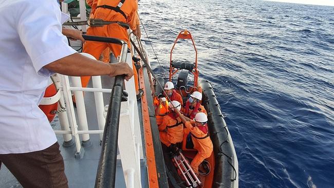 Cứu ngư dân bị tời đánh vào đầu, lòi chân cơ tính mạng gặp nguy - Ảnh 2.