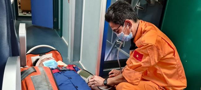 Cứu ngư dân bị tời đánh vào đầu, lòi chân cơ tính mạng gặp nguy - Ảnh 3.