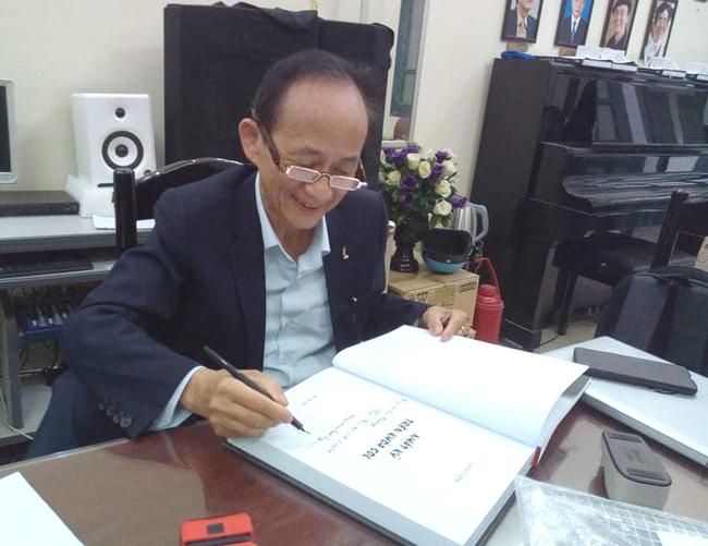 Nhạc sĩ Lân Cường ký tặng sách cho người thân, bạn bè, đồng nghiệp...