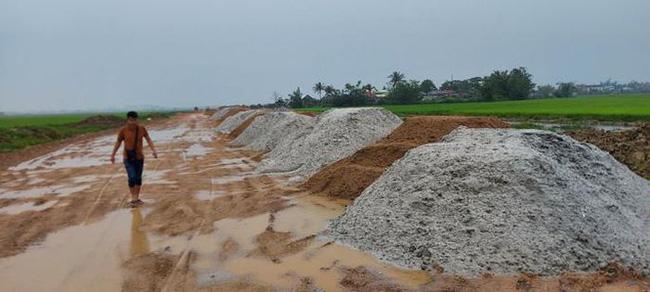 TT-Huế: Yêu cầu vận chuyển 400m3 cát trục lợi bất chính ra khỏi dự án làm đường  - Ảnh 2.