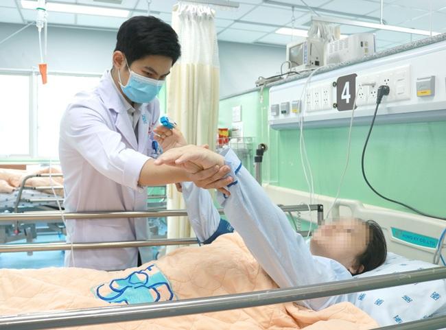 Cứu sống mẹ con sản phụ bị dị dạng mạch máu não hiếm gặp - Ảnh 1.