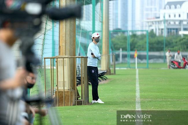 HLV Hàn Quốc bất ngờ xuất hiện quan sát buổi tập của CLB Hà Nội - Ảnh 3.