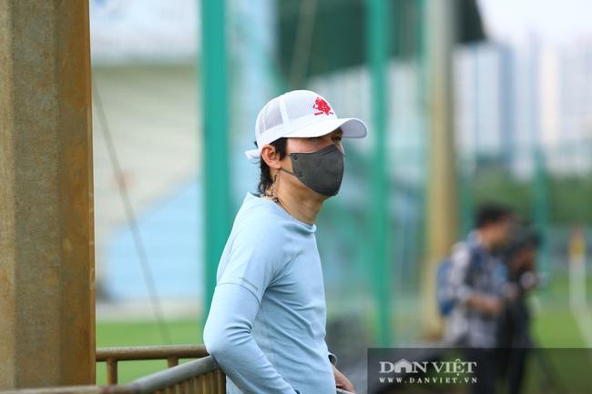 HLV Hàn Quốc bất ngờ xuất hiện quan sát buổi tập của CLB Hà Nội - Ảnh 2.