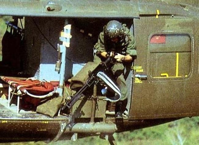 """Điểm """"cận kề cái chết"""" trên trực thăng UH-1 của Mỹ khi tham chiến ở Việt Nam - Ảnh 11."""