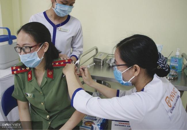 Tiêm chủng vắc xin Covid-19 cho 220 cán bộ, chiến sĩ công an ở Đà Nẵng - Ảnh 1.