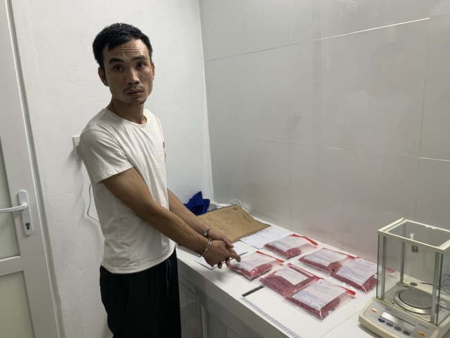 Bắt 2 đối tượng buôn hơn 12.000 viên hồng phiến và nhiều ma túy đá đưa về Huế tiêu thụ  - Ảnh 1.