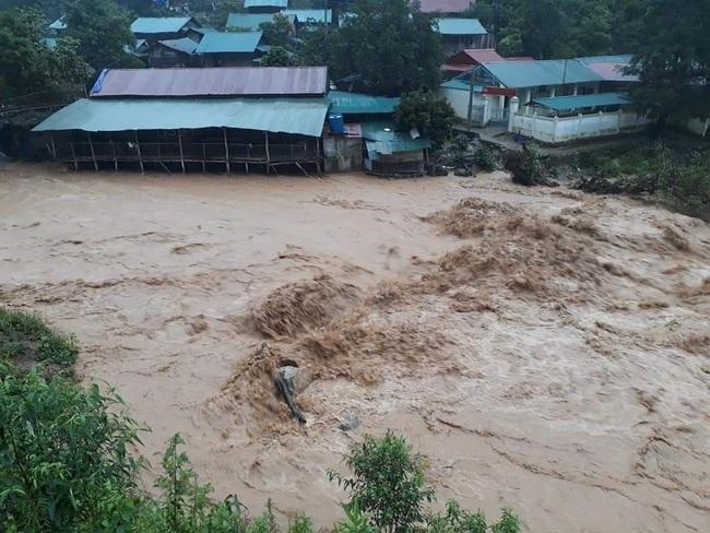 Lũ ống bất ngờ trong đêm ở Lào Cai, ít nhất 3 người chết - Ảnh 1.