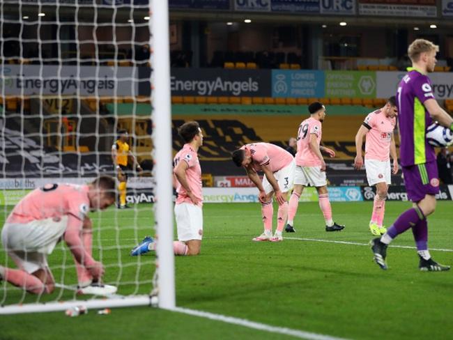 Cầu thủ Sheffield thất vọng khi trọng tài thổi còi mãn cuộc.