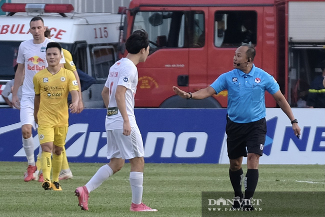 HLV Kiatisuk xoa đầu Công Phượng sau khi giành chiến thắng trước CLB Hà Nội - Ảnh 2.