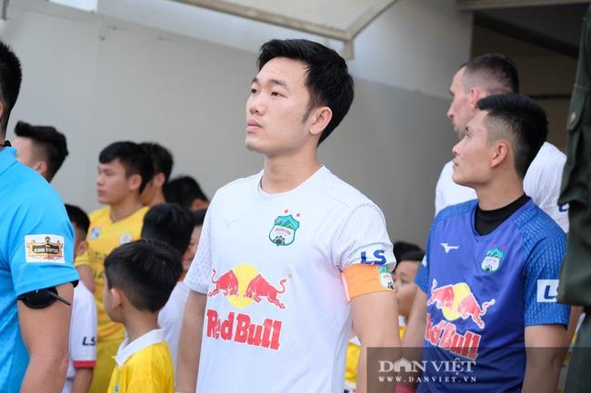 HLV Kiatisuk xoa đầu Công Phượng sau khi giành chiến thắng trước CLB Hà Nội - Ảnh 3.