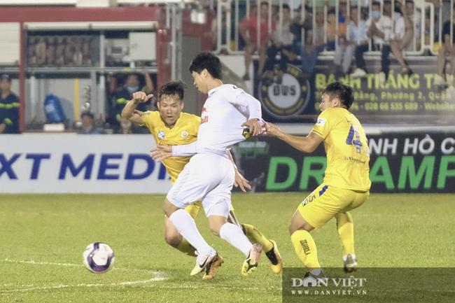 HLV Kiatisuk xoa đầu Công Phượng sau khi giành chiến thắng trước CLB Hà Nội - Ảnh 8.