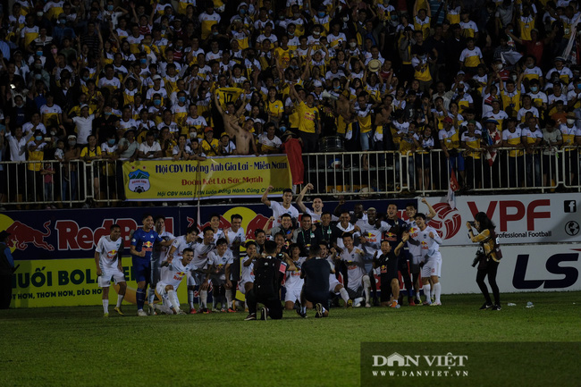 HLV Kiatisuk xoa đầu Công Phượng sau khi giành chiến thắng trước CLB Hà Nội - Ảnh 9.