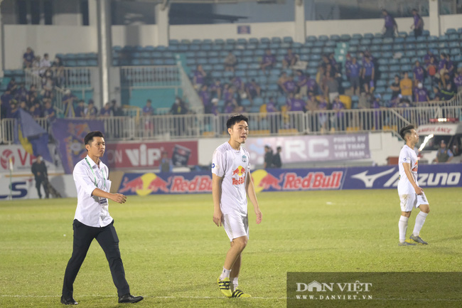 HLV Kiatisuk xoa đầu Công Phượng sau khi giành chiến thắng trước CLB Hà Nội - Ảnh 4.