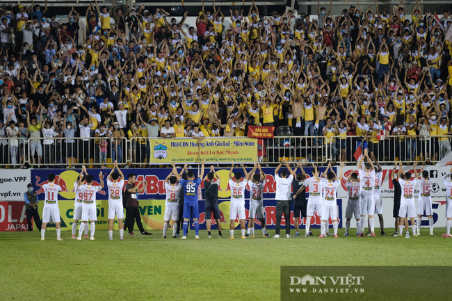 HLV Kiatisuk xoa đầu Công Phượng sau khi giành chiến thắng trước CLB Hà Nội - Ảnh 10.