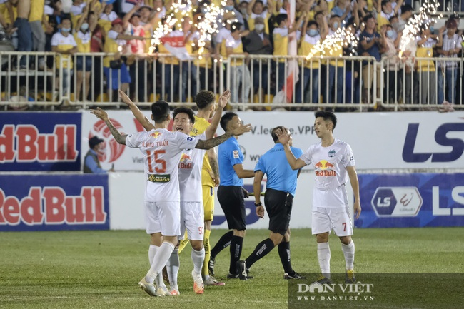 HLV Kiatisuk xoa đầu Công Phượng sau khi giành chiến thắng trước CLB Hà Nội - Ảnh 5.