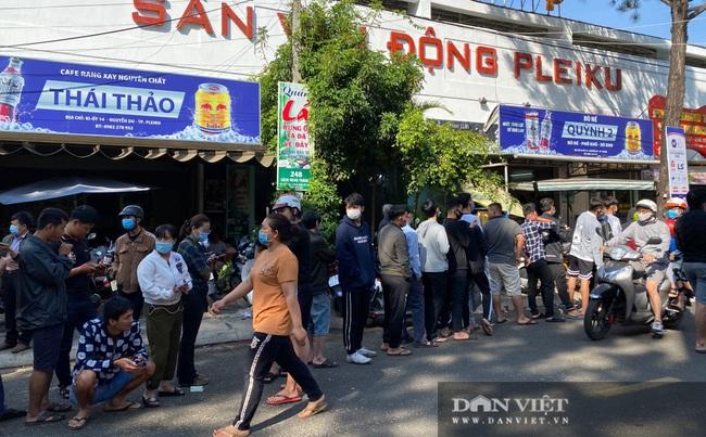 Người dân chen nhau xếp hàng dài cả cây số đội nắng mua vé xem trận HAGL và Hà Nội - Ảnh 1.