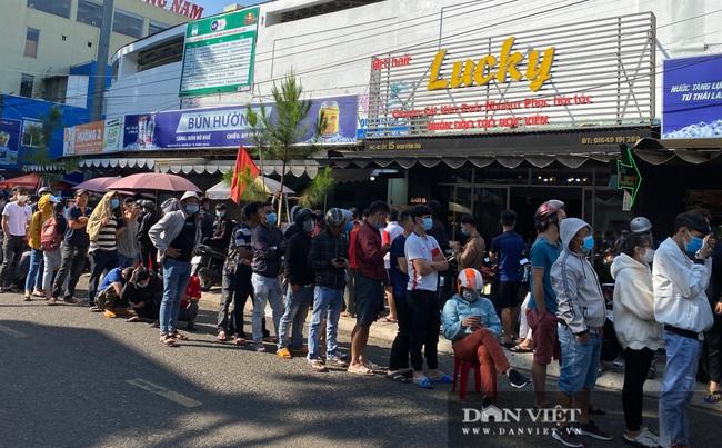 Người dân chen nhau xếp hàng dài cả cây số đội nắng mua vé xem trận HAGL và Hà Nội - Ảnh 2.